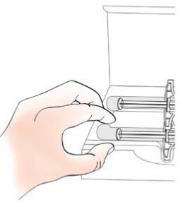 håll sprutan på plats med ett finger eller tummen