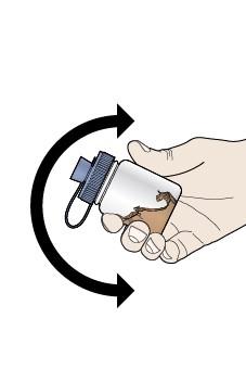 Skaka blandningsflaskan försiktigt och långsamt fram och tillbaka i åtminstone 20 sekunder för att blanda vattnet med pulvret.