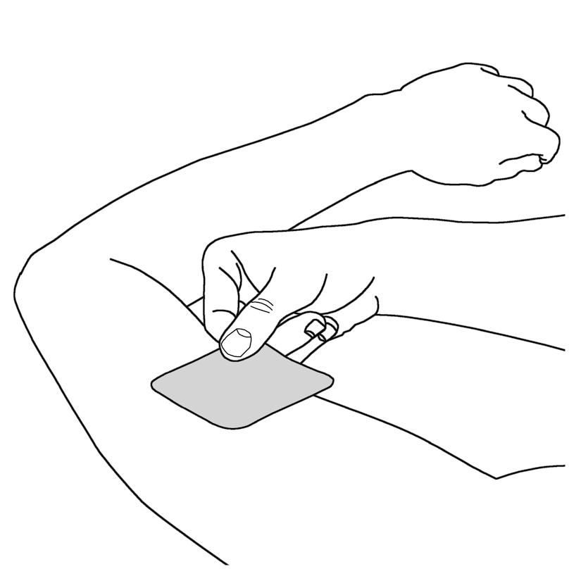 Bilden visar hur man håller i plåstret där skyddsfilm sitter