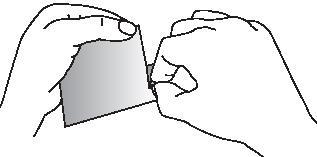 Bilden visar att man river upp kuvertet i skåran och river försiktigt av kanten på kuvertet helt och hållet.