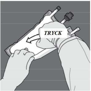 Byt sedan riktning genom att rulla påsen mot D-hängaren. Fortsätt tills förslutningen är helt öppen. Fortsätt på samma sätt för att öppna den andra förslutningen.