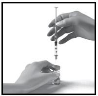 Sprutan stick ner i injektionsflaskan genom gummimembranet.