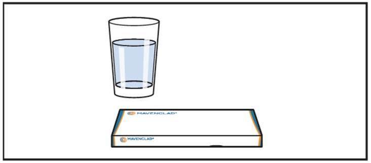 Förpackningen med Mavenclad och ett glas vatten