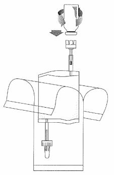 Håll injektionsflaskan lodrätt, tryck fast den ordentligt på adaptern på instillationssystemet och vänd den en eller två gånger.