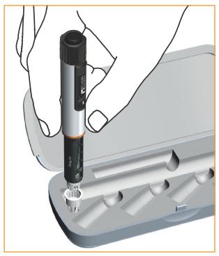 Placera det yttre nålskyddet med öppningen uppåt, i hålet som finns på den vänstra sidans kortända i injektionspennans förvaringsfodral