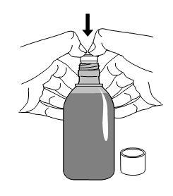 Ställ den öppnade flaskan på ett bord och tryck ned plastadaptern i flaskhalsen så långt du kan