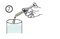 Töm innehållet i sprutan i ett glas vatten eller nappflaska.