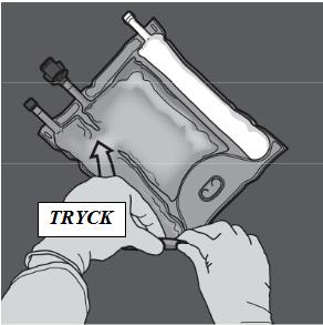 För att blanda endast två lösningar rullar du påsen från det övre (änden med hängaren) hörnet på förslutningen som separerar lösningarna. Tryck för att öppna förslutningen mellan kamrarna med glukos och aminosyror.