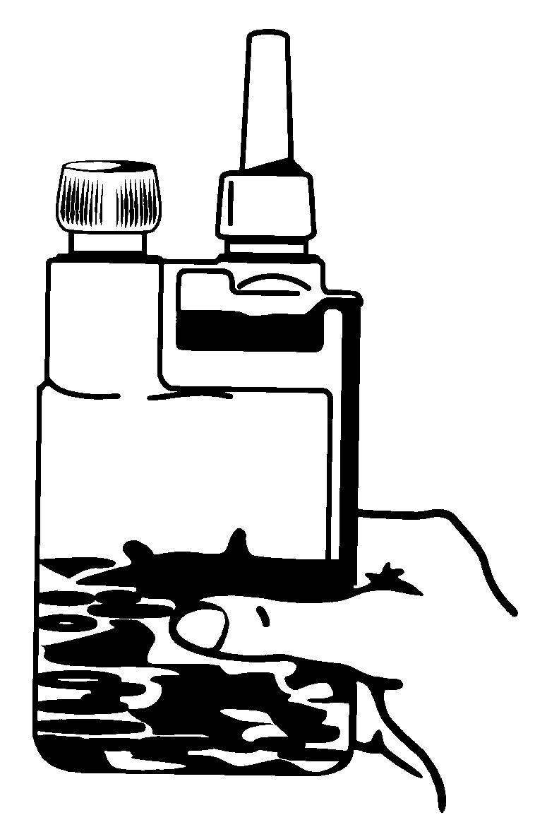3) Fyll dosbehållaren genom att klämma åt flaskan.
