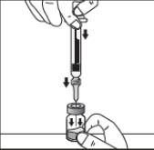 Avlägsna nålskyddet. Håll flaskan mot ett plant underlag. Tryck nålen genom gummiproppen och tryck på kolven för att tömma sprutan i injektionsflaskan.