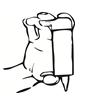 Placera tummen på fliken på toppen av flaskan och pekfingret samt långfingret på botten av flaskan. Håll flaskan upp och ner.