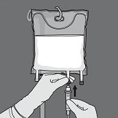 Avlägsna skyddslocket från administreringsporten och för in infusionsaggregatet.