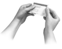För att öppna dospåsen, håll den med båda händerna