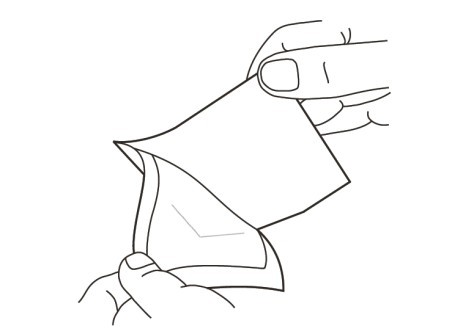 3. Ta bort klisterskyddet från förbandets självhäftande sida