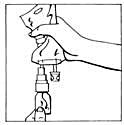 Bild 4 Bilden beskriver Krama infusionspåsen och skaka injektionsflaskan.