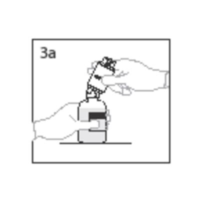 Bilden beskriver hur spetesen på överföringsenheten sticks genom vattenflaskans propp