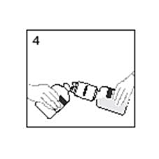 Bilden beskriver hur vattenflaskan med överföringsenheten ska hållas i vinkel mot pulverflaskan