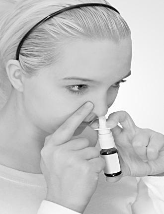 Stäng den andra näsborren med ditt finger, tryck snabbt ned en gång och andas samtidigt in genom näsan