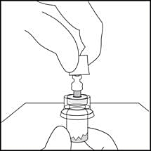 4. Ta tag om botten på injektionsflaskan och torka av sprutans anslutningsdel.