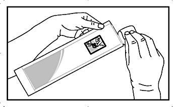 4. Riv upp skyddspåsen och ta ut den förfyllda sprutan.