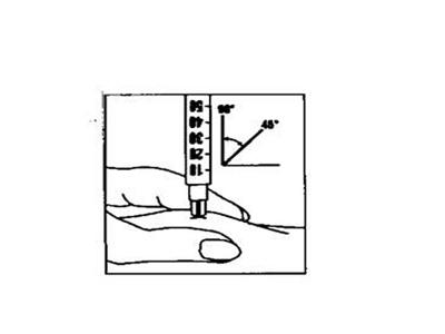Bilden visar en spruta som stuckits in i huden med en vinkel på cirka 45 till 90 grader
