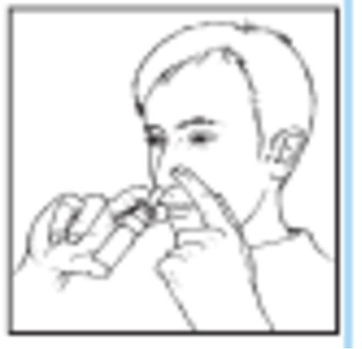 Bilden visar hur man ska hålla sprayflaskan vid administrering