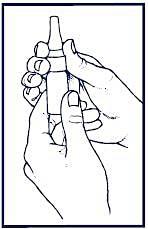 Bilden visar hur man tar av näsapplikatorn från flaskan